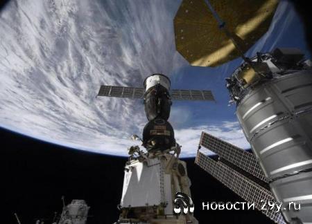 Космонавты МКС исследовали дырку в «Союзе» и собрали образцы обшивки вокруг ...